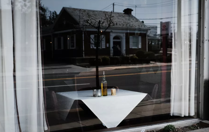 Restaurantes em todo o país, como este em New Rochelle, Nova York, estão vendo um declínio dramático nos negócios à medida que o surto de coronavírus se espalha. Spencer Platt / Getty Images